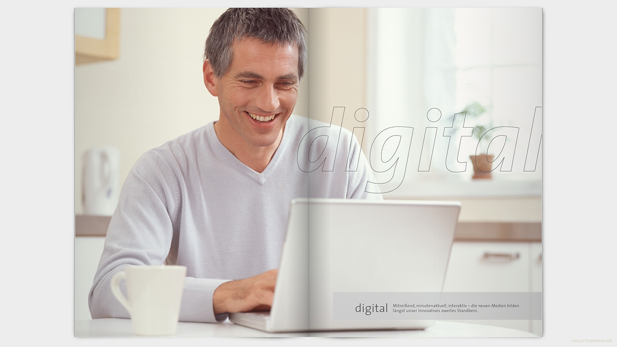 """Layout einer Doppelseite mit Schriftzug """"digital"""": Ein Mann sitzt am Laptop"""