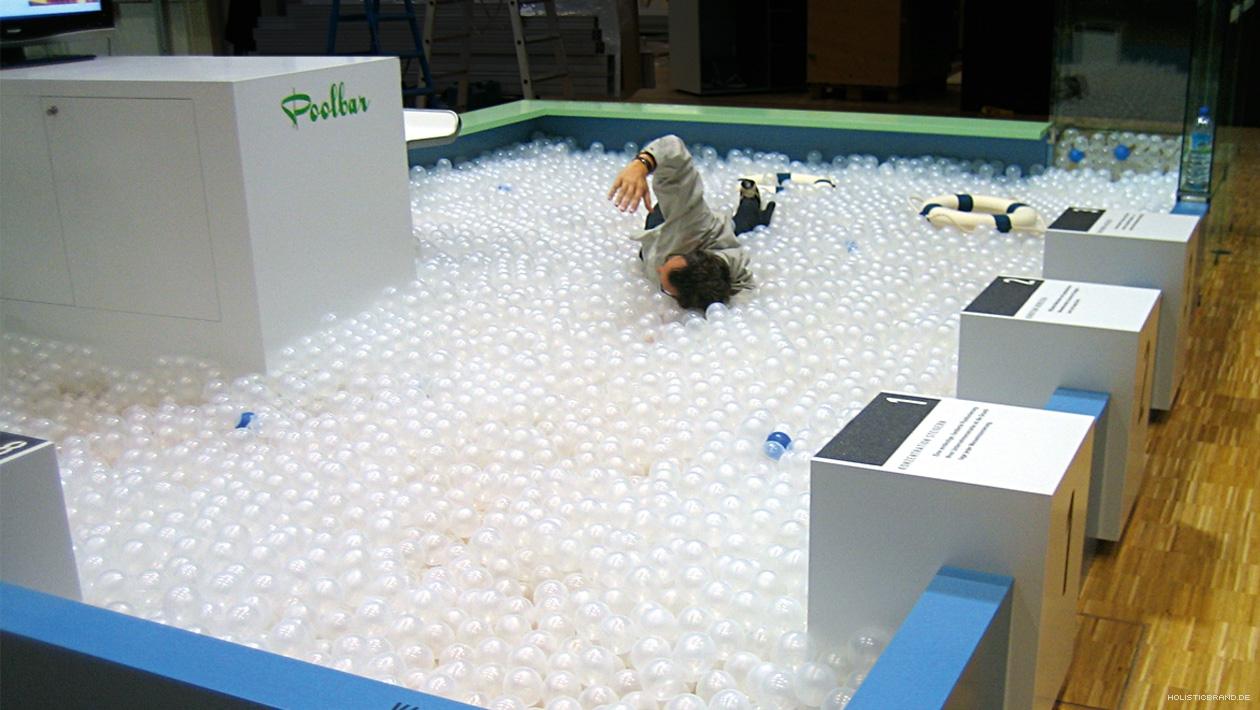 Detailfoto ein Mann gibt vor im Bällebad zu schwimmen