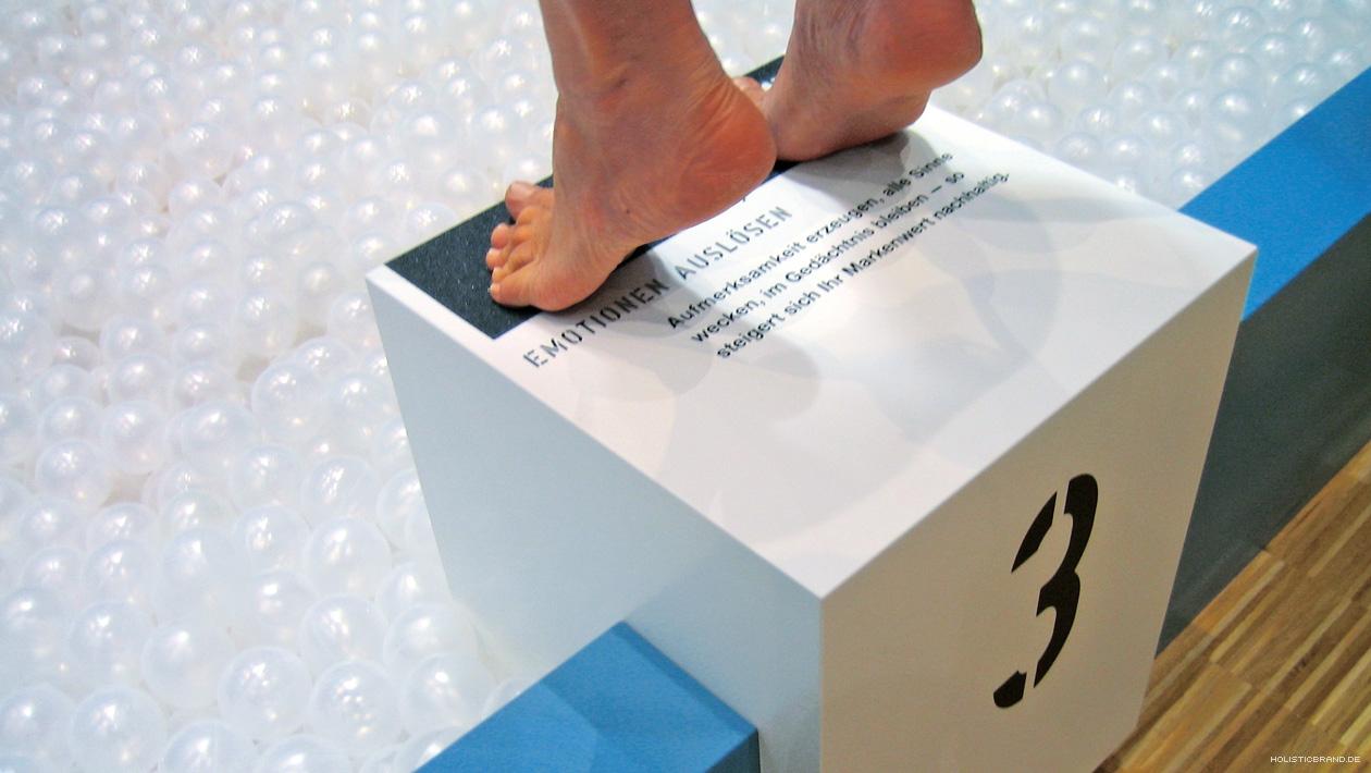 Detailfoto eines Sprungblocks mit Textfeld und Absprungfläche aus Sandpapier