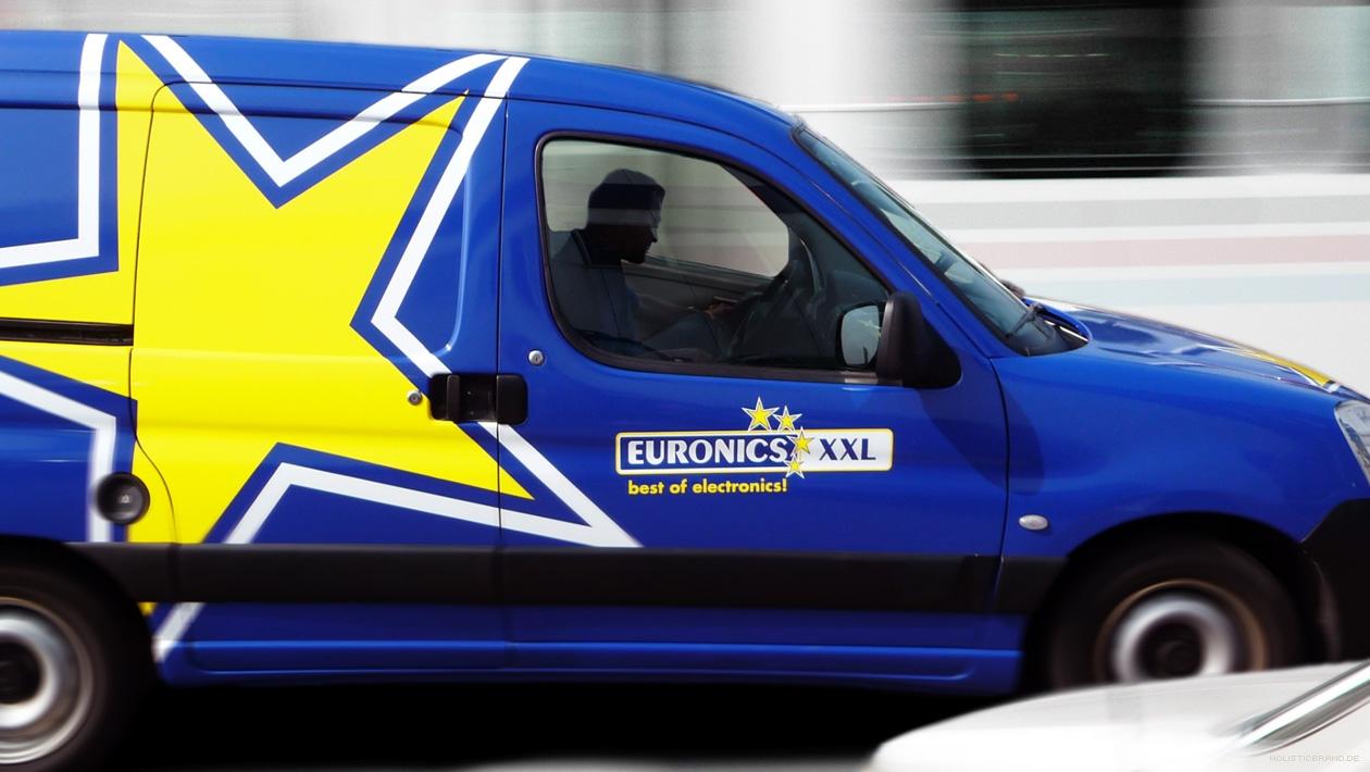 Fotografische Bildkomposition eines markentypisch mit großem Stern gestalteten Fahrzeugs
