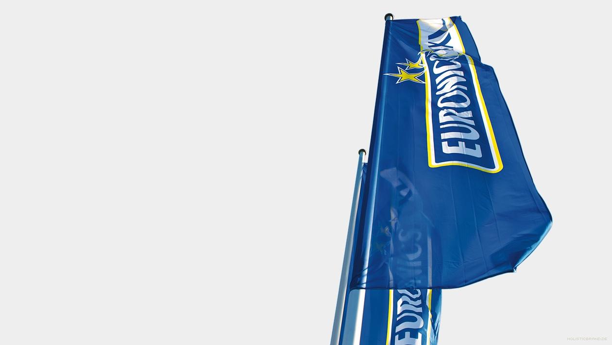 Fotografie von markentypisch gestalteten Flaggen