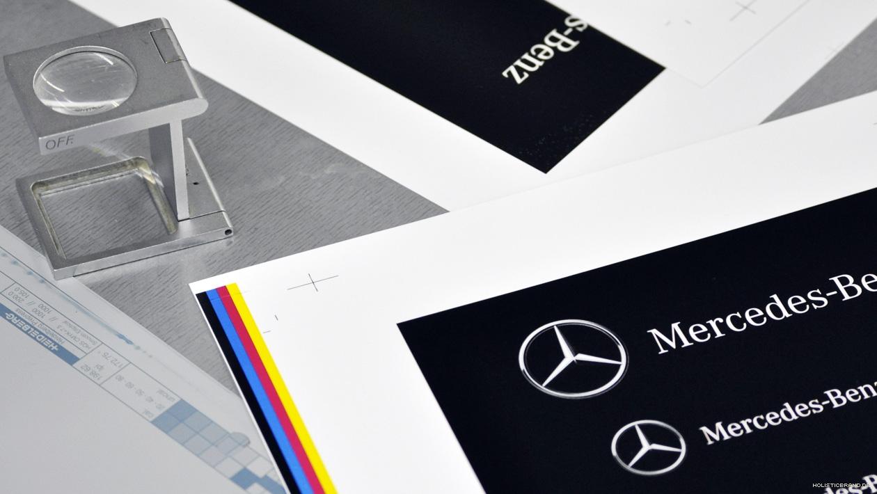 Detailfoto zweier Druckbögen mit einem Fadenzähler auf einer Druckplatte