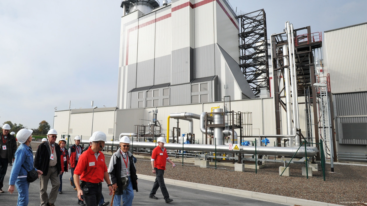 Besucher auf einem Gas- und Dampfturbinen-Kraftwerk-Werksgelände