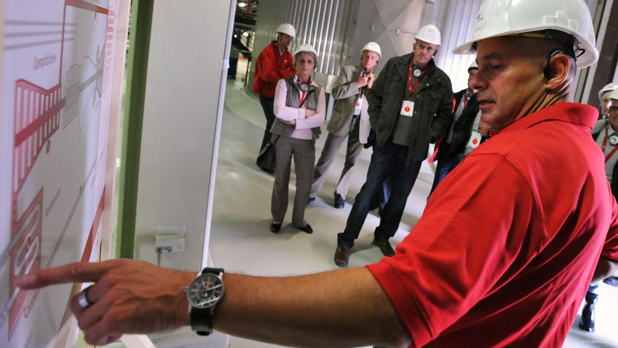 Ein Kraftwerksmitarbeiter erörtert an einer Tafel die Anlagentechnik