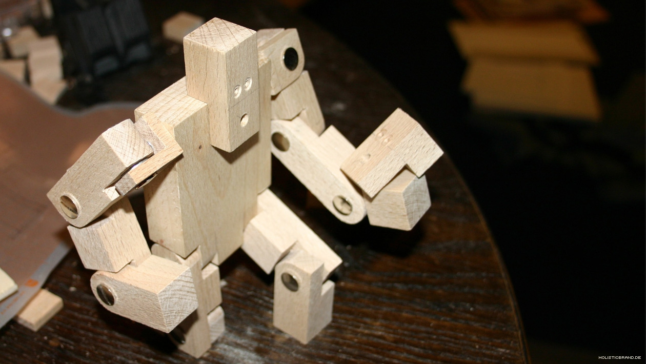 Stop-Motion-Puppe aus Holz in Pose gesetzt